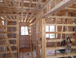 2階廊下、右側が子供部屋。壁天井の下地組立て中です。