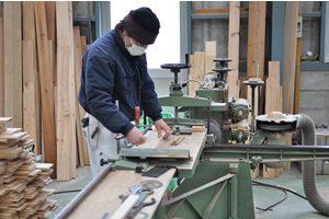 木材の加工を行う職人