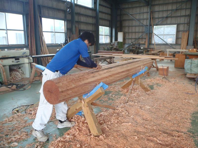 鰹木の削り出し仕上げ