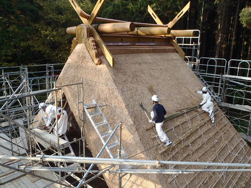 茅葺き屋根の切り揃え