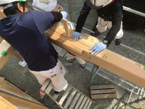 軒先施工中の職人